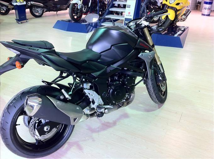 roadster suzuki gsr 750 noir d 39 occasion aix moto scooter motos d 39 occasion. Black Bedroom Furniture Sets. Home Design Ideas