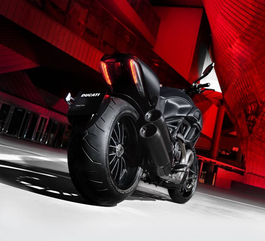 ducati diavel un monstre de puissance cruiser muscl moto scooter motos d 39 occasion. Black Bedroom Furniture Sets. Home Design Ideas