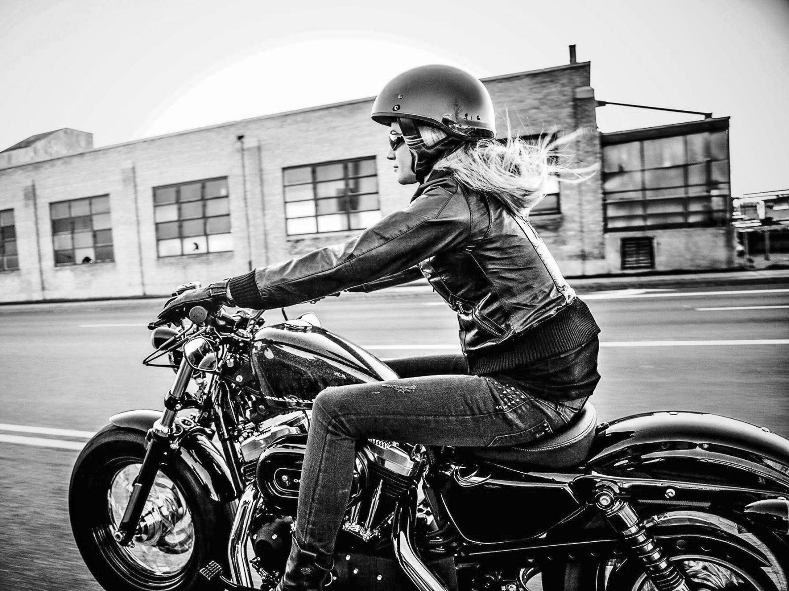 Girl biker ou femme motarde moto scooter motos d - Concessionnaire moto salon de provence ...